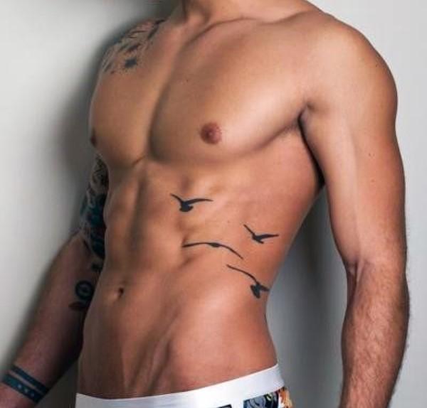 ανδρικό τατουάζ στα πλευρά