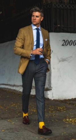 γκρι παντελόνι μπεζ σακάκι κίτρινη κάλτσα