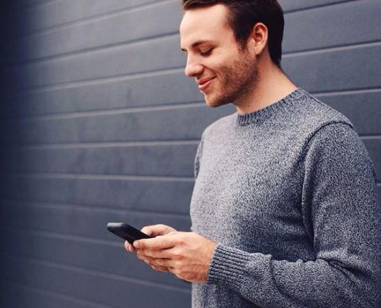 Άνδρας να φλερτάρει online με το κινητό