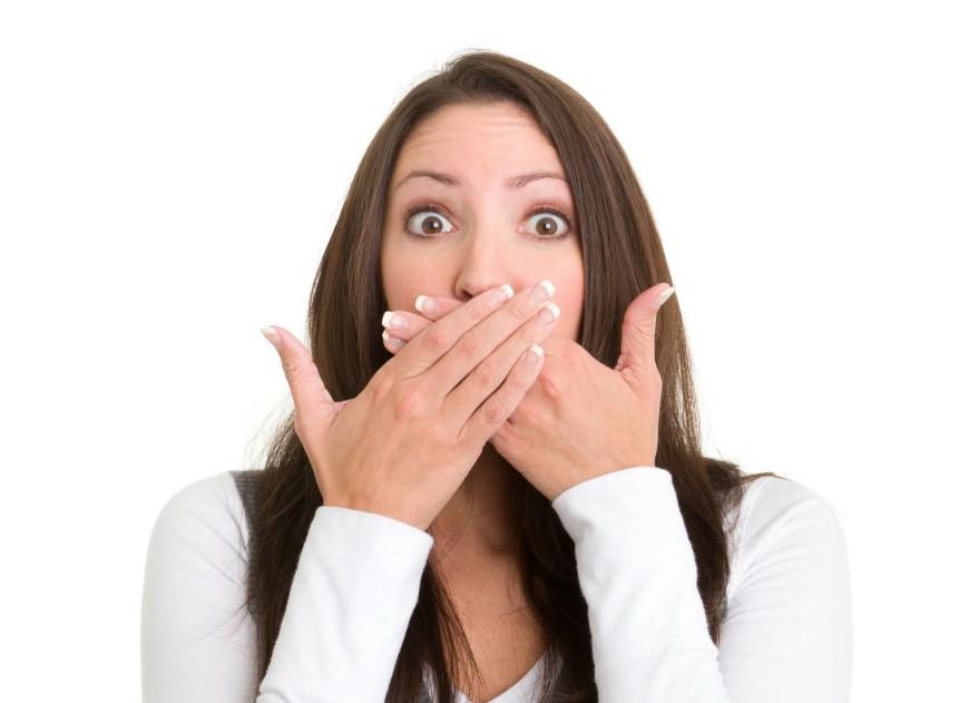 Όταν καλύπτει το στόμα της μια γυναίκα, πιθανότατα θα λέει ψέματα
