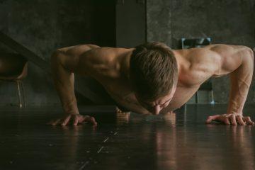 Για τους μύες του στήθους: push-ups wide ή κάμψεις με ανοιχτά χέρια