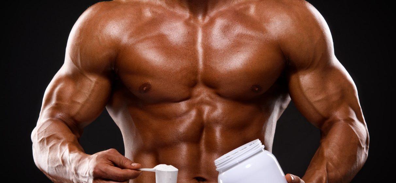 Άνδρας που παίρνει για συμπλήρωμα διατροφής κρεατίνη και χτίζει μύες