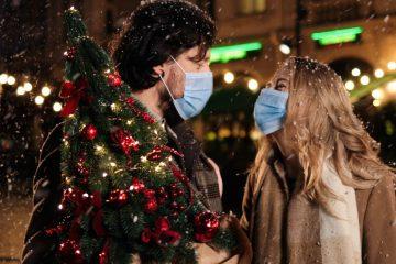 ζευγαρι με μασκες χριστουγεννα