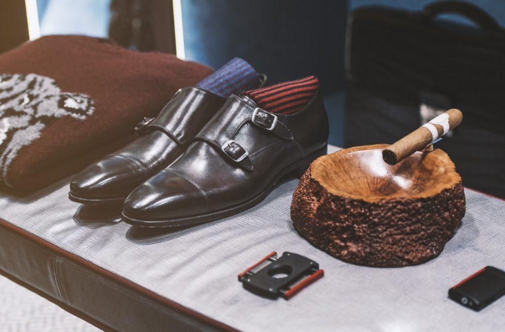 Αξεσουάρ άνδρα που περιλαμβάνει, ζευγάρι παπούτσια, πούρο, γραβάτα, κάλτσες, τσάντα, πουλόβερ