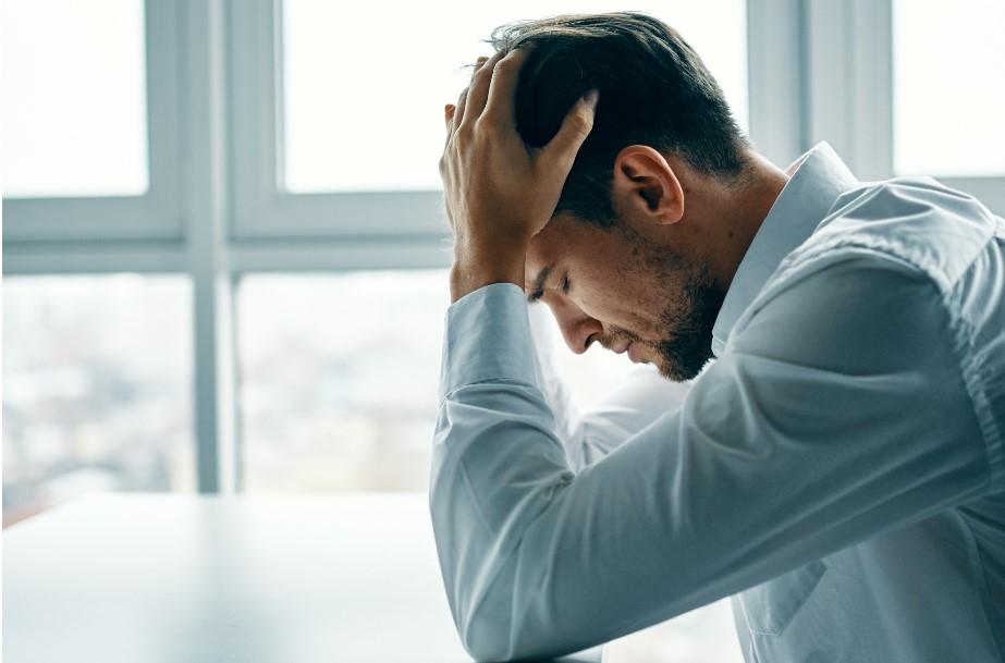 άντρας που νιώθει απογοήτευση