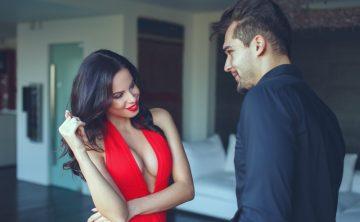 Η γυναίκα που φλερτάρει τον άνδρα και του δίνει eye contact