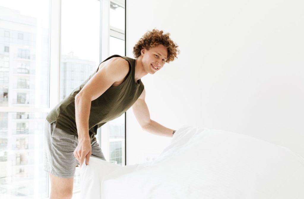 Τι να κάνεις το πρωί: άνδρας φτιάχνει το κρεβάτι του