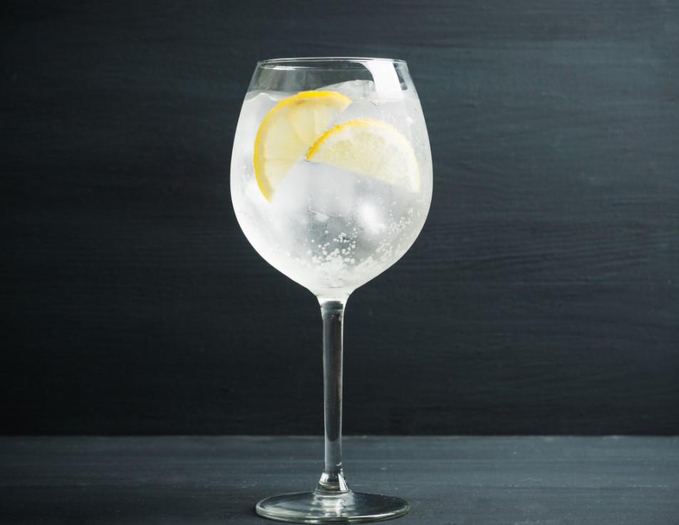 Κλασσική επιλογή για ποτό στο πρώτο ραντεβού είναι το τζιν!