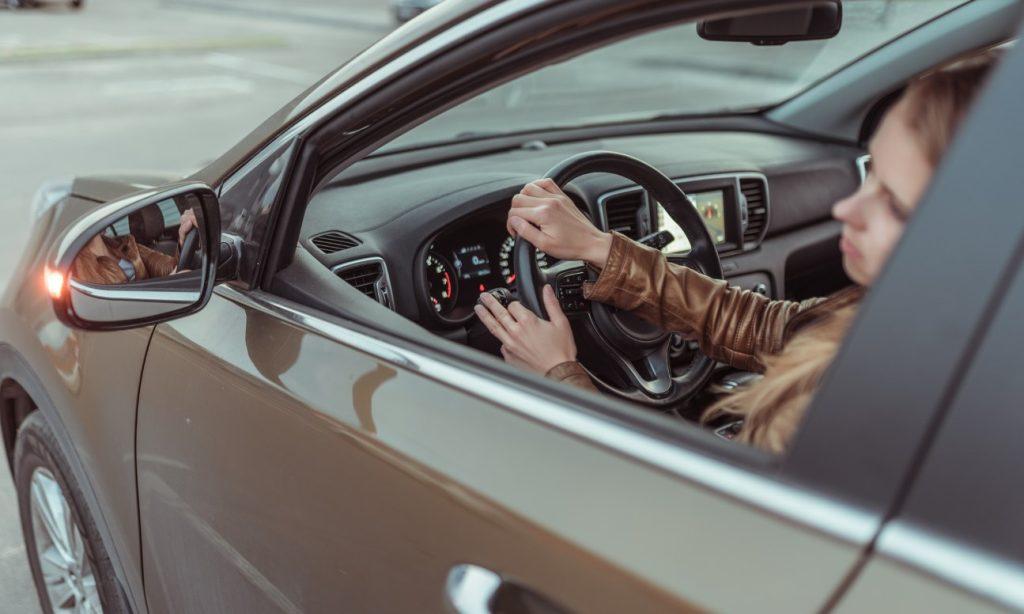 Γυναίκα παρκάρει αμάξι