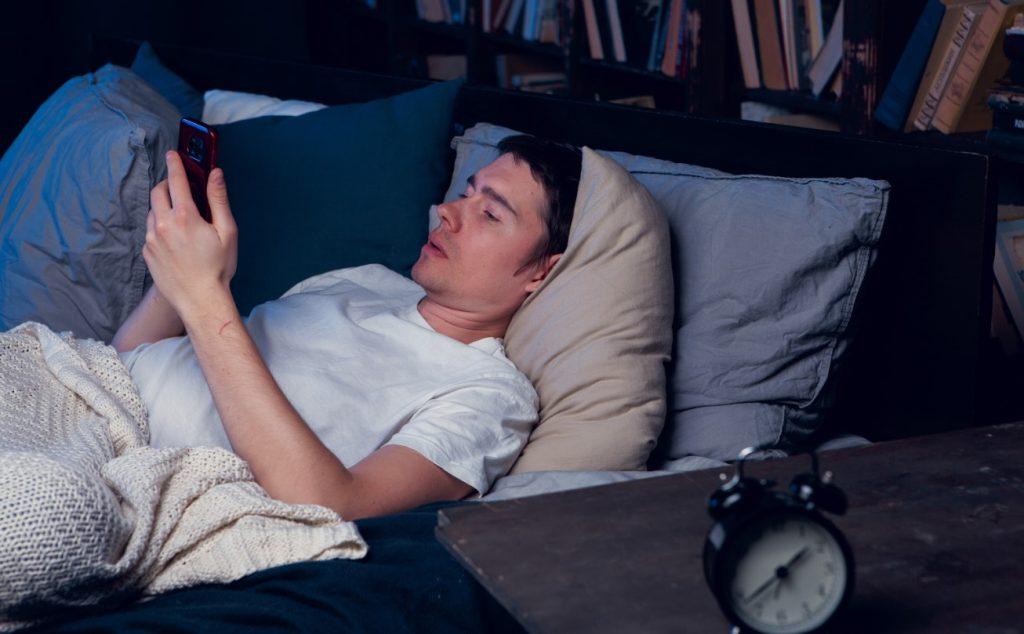 Χρησιμοποιεί το κινητό στο κρεβάτι
