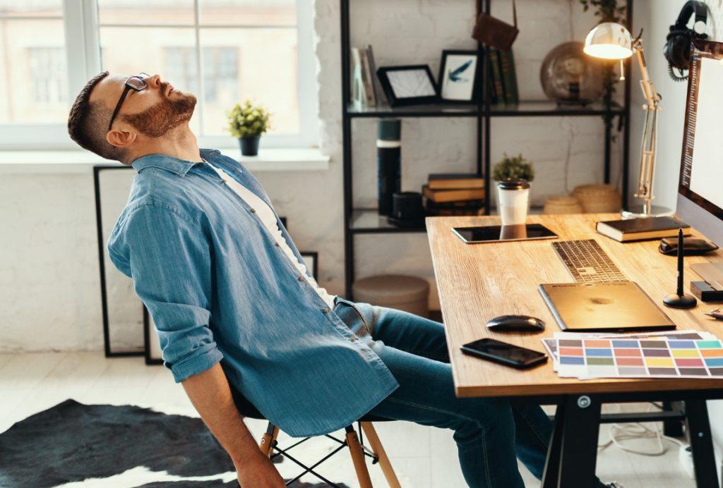 Κουρασμένος άνδρας στο γραφείο του
