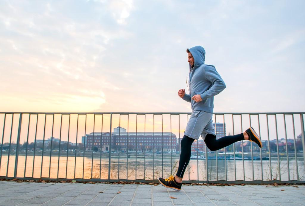 Κάνει jogging κοντά σε λίμνη
