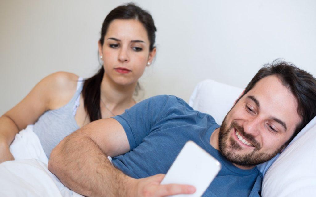 Η γυναίκα υποπτεύεται την απιστία και παρακολουθεί το κινητό του άνδραην