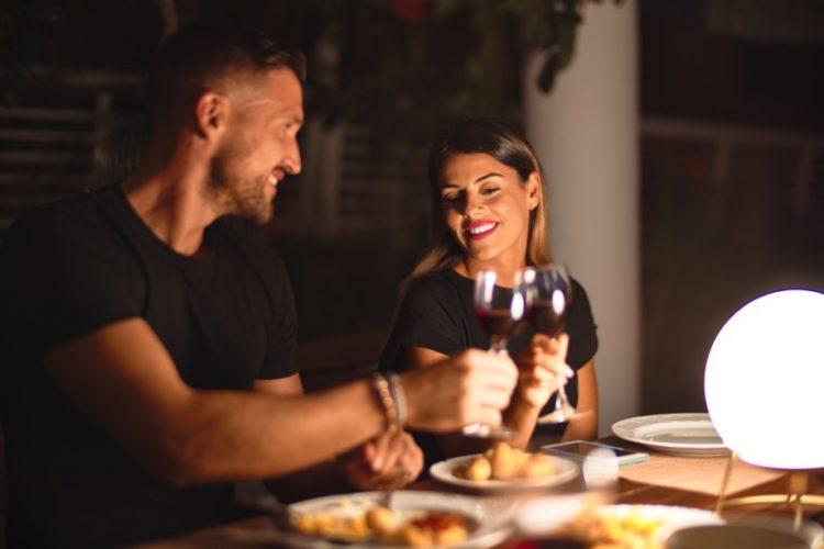 ρομαντικό ραντεβού δείπνο στο σπίτι