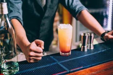 Παραγγέλνεις ποτό στον μπάρμαν με βάση την βότκα