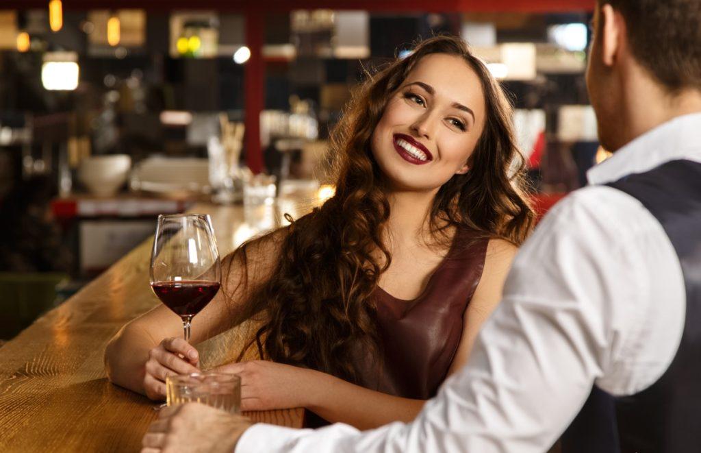 Ποιο ποτό θα σε κάνει να φανείς λίγο πιο άνετος και ίσως ελκυστικό; Το κρασί