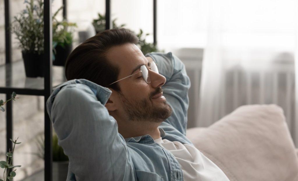 Άνδρας που χαλαρώνει στον καναπέ