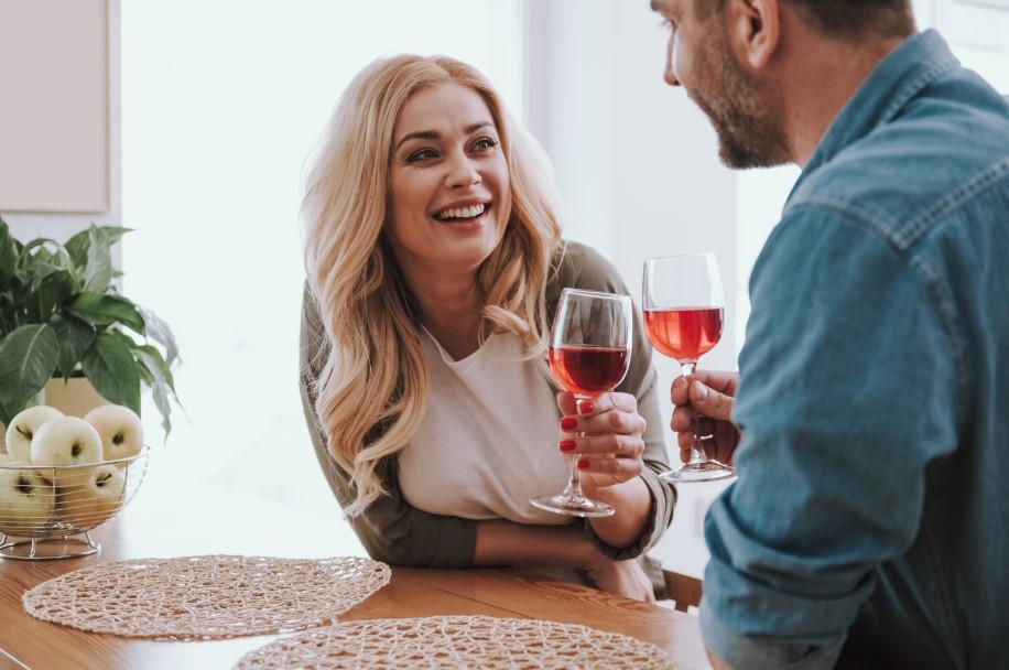 ζευγάρι πίνει κρασί στο σπίτι