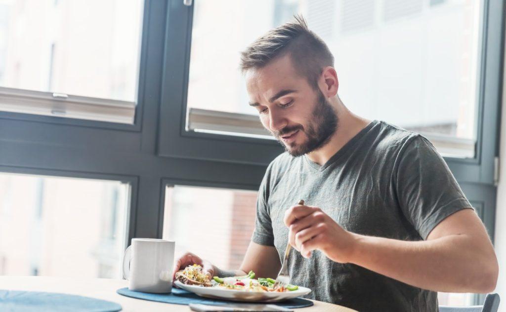 Τρώει το γεύμα του