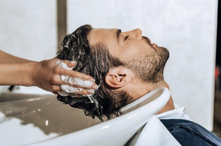 ανδρικό λούσιμο μαλλιών