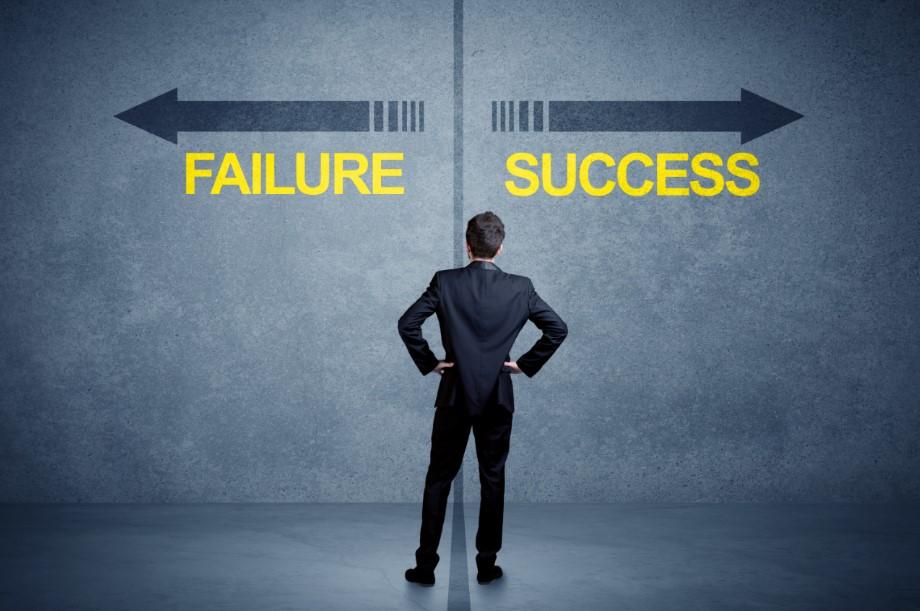 άνθρωπος επιλέγει ανάμεσα σε επιτυχία και αποτυχία