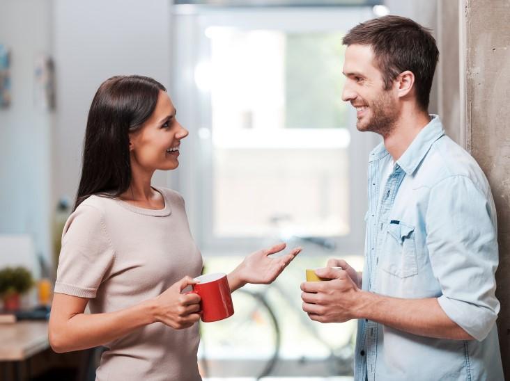 άντρας γυναίκα μιλάνε χαμογελάν