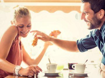 άντρας γυναίκα πίνουν καφέ φλερτάρεις ντροπαλή κοπέλα
