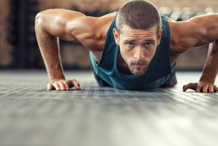άντρας κάνει push-ups βάζεις κιλά χωρίς καταλαβαίνεις
