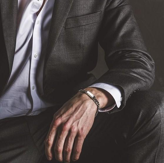 άντρας κοστούμι χέρι κοιτάει πρώτα γυναίκα