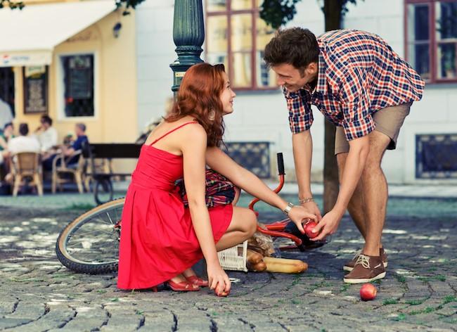 άντρας μαζεύει πράγματα βοηθάει κοπέλα