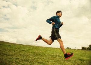 άντρας τρέχει σε γρασίδι