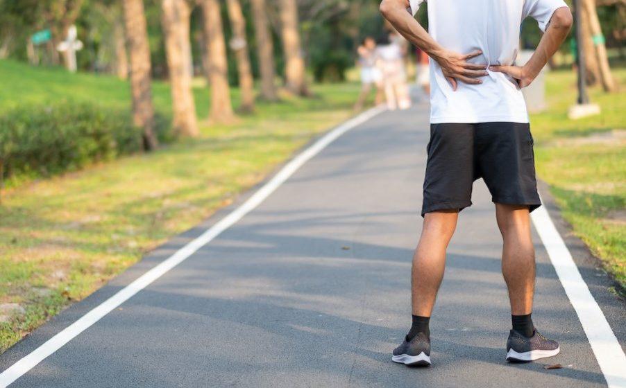 άντρας πιάνει μέση τρέξιμο