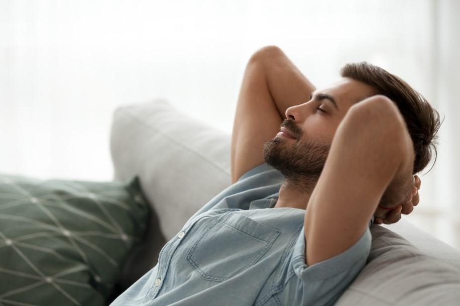 άντρας ξεκουράζεται στο σπίτι
