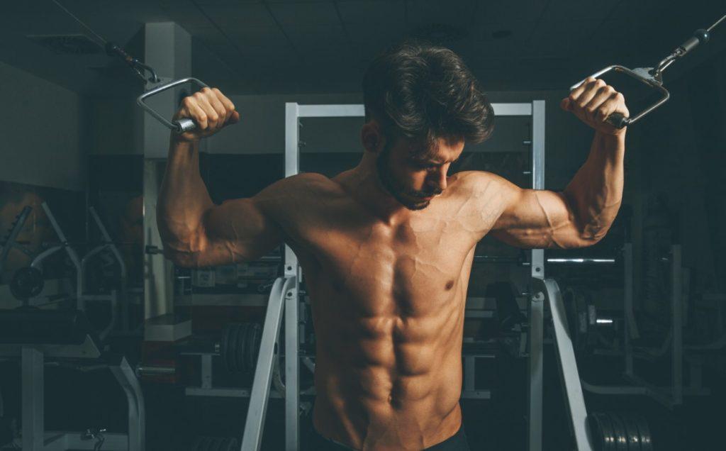 Γραμμωμένος άνδρας στο γυμναστήριο