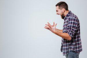 οξύθυμος άντρας που ουρλιάζει