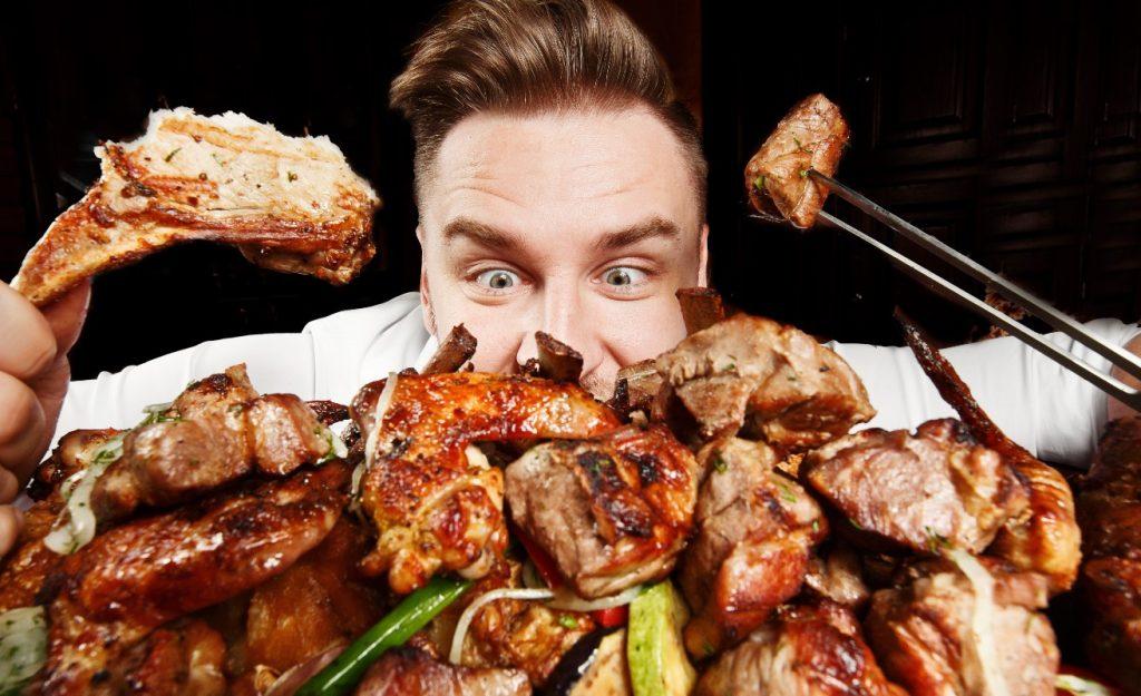 Άνδρας τρώει πολλές θερμίδες και παίρνει όγκο