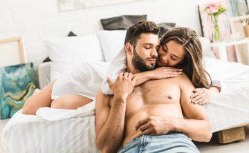 Ζευγάρι φλερτάρουν στο κρεβάτι