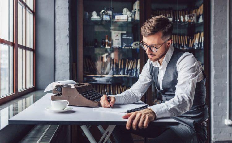 Άνδρας γράφει και εξασκεί τον γραπτό λόγο του