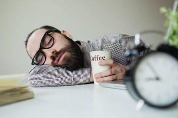 ανδρας πινει καφε και κοιμαται