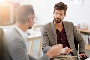 άντρας ακούει συνομιλητή