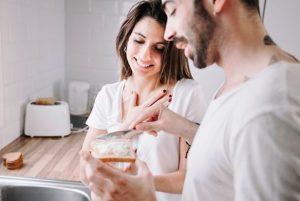 άντρας αλείφει ψωμί γυναίκα πράγματα γυναίκες εύχονται γνώριζες