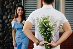 άντρας δίνει λουλούδια κοπέλα έκπληξη