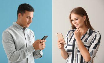 άντρας και γυναίκα μιλάνε από μηνύματα