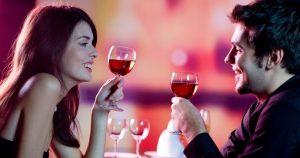 άντρας γυναίκα πίνουν κρασί ραντεβού μαγεία μακροχρόνια σχέση