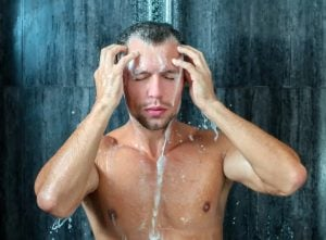 άντρας κάνει μπάνιο
