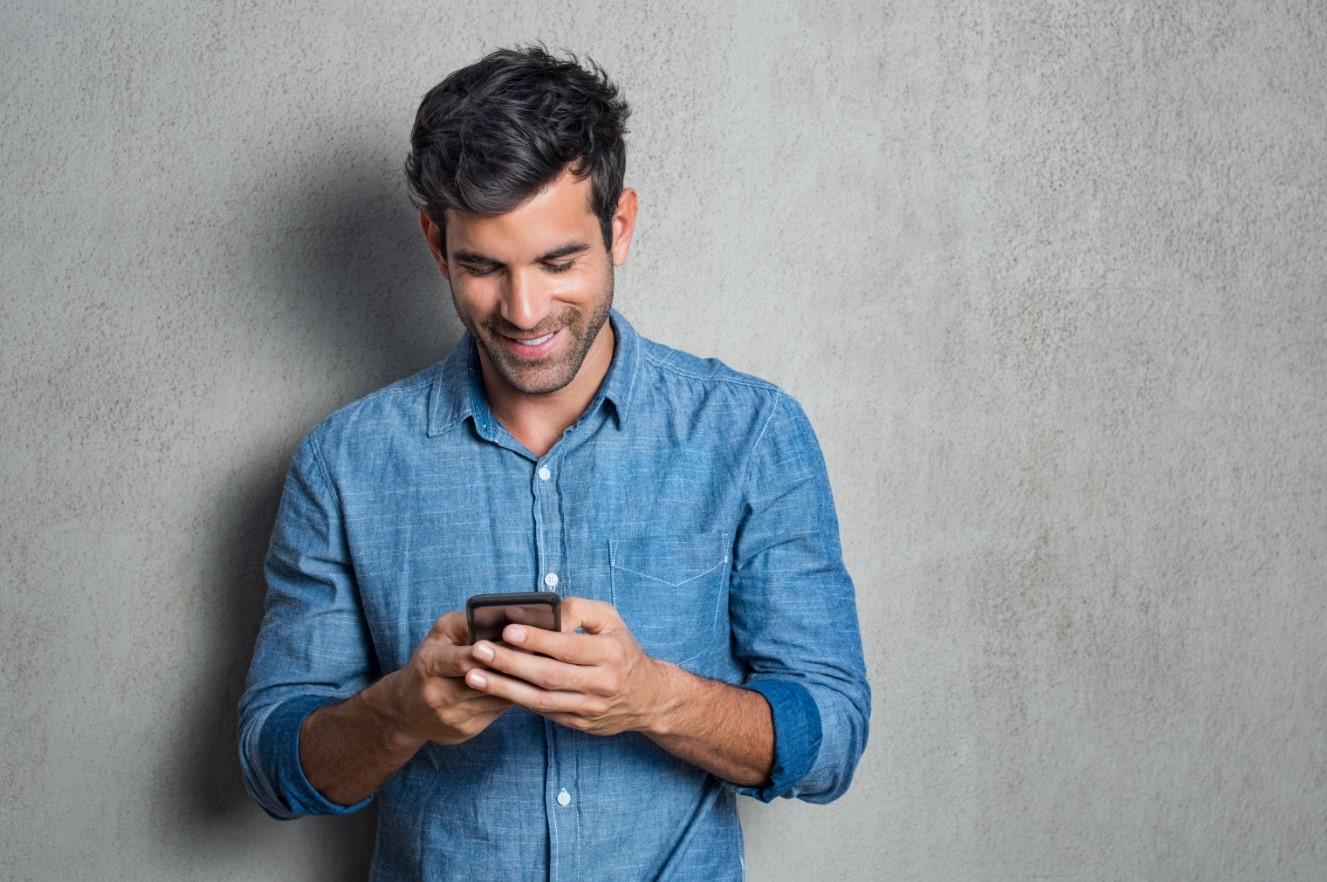 άντρας στο κινητό