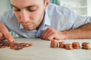 άντρας μετράει κέρματα
