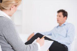 άντρας μιλάει σε ψυχολόγο