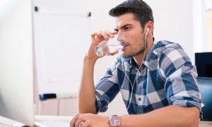 άντρας πίνει νερό ξηροδερμία πρόσωπο