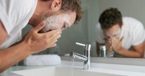 άντρας πλένει πρόσωπο ξηροδερμία πρόσωπο